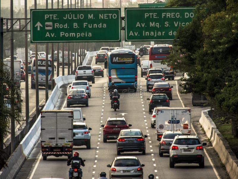 交通看法在少量的铁特高速公路的在圣保罗 免版税库存图片