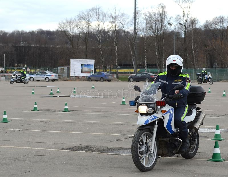 交通警在极端驾驶的品行训练的审查员在正式警察摩托车 库存图片