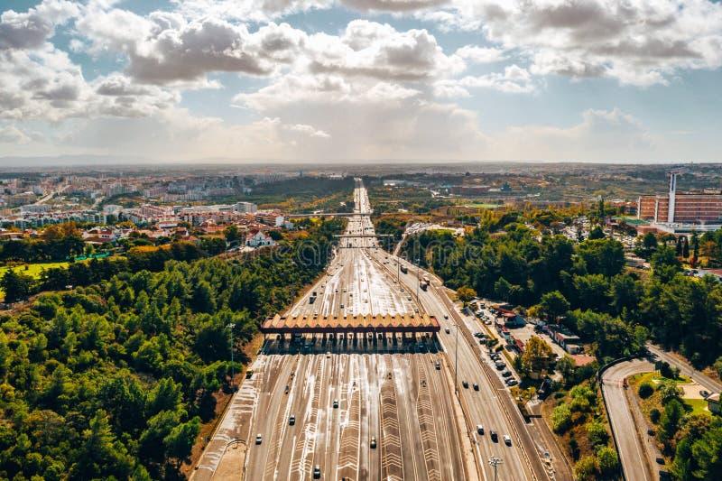 交通路的空中夜视图有穿过问题的汽车的通行费高速公路 库存照片
