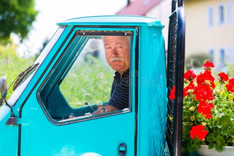 交付与卡车的花匠花 免版税图库摄影
