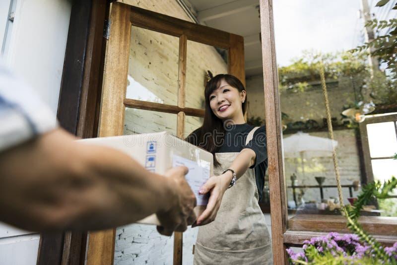 交付传讯者货物包裹发货纸盒概念 免版税图库摄影