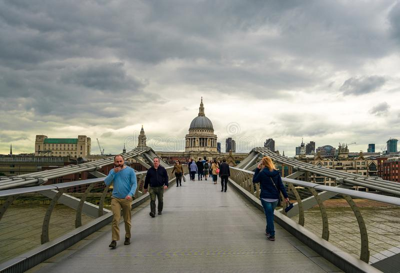 亦称千年颤抖的桥梁在伦敦 免版税图库摄影