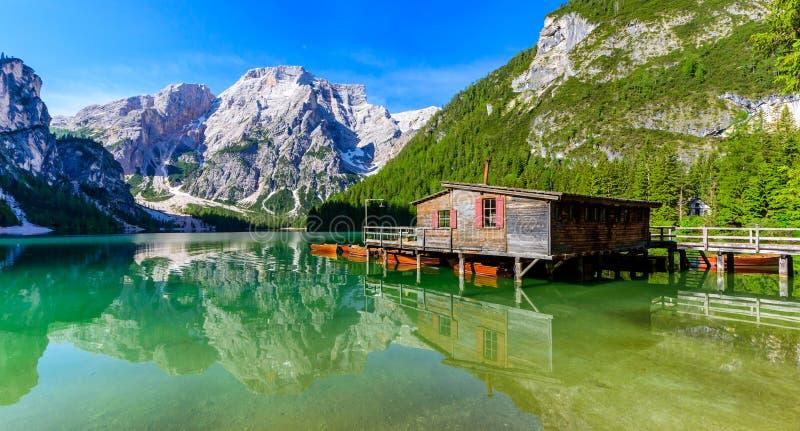 亦称湖Braies在美好的山风景的Pragser Wildsee 在拉戈在白云岩的di Braies的放松和休闲 图库摄影