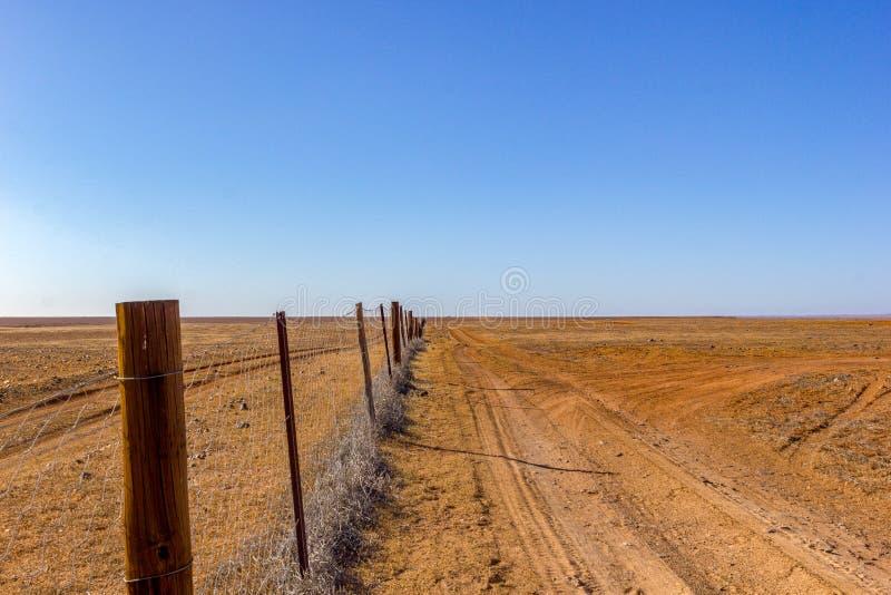 亦称澳大利亚,狗篱芭流浪者篱芭,5300 km保护绵羊和牛的,Kanku国立公园牧场地的长篱芭 免版税库存图片