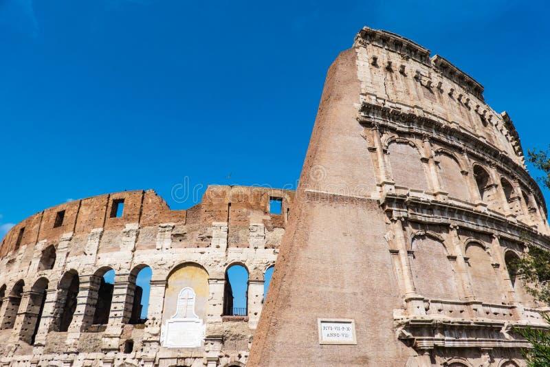 亦称罗马,意大利伟大的罗马罗马斗兽场大剧场,罗马竞技场Flavian圆形露天剧场 著名世界地标 的天空蔚蓝 免版税图库摄影