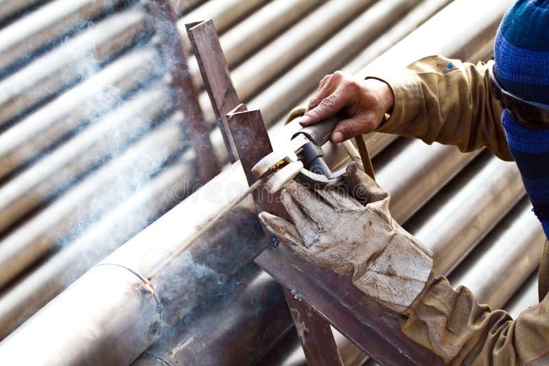 产业工人焊接的钢结构在工厂,焊接的温泉 免版税库存图片