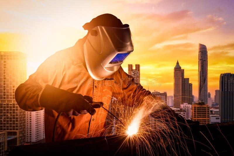 产业工人焊接的钢结构 免版税图库摄影