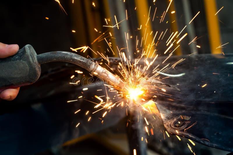 产业工人焊接金属在钢铁生产厂 图库摄影
