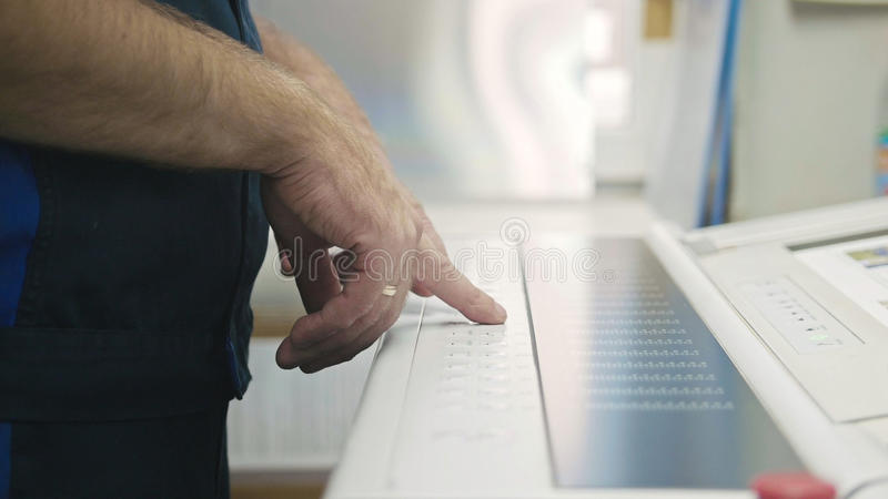 产业工人 使用打印机的控制板的人 免版税图库摄影
