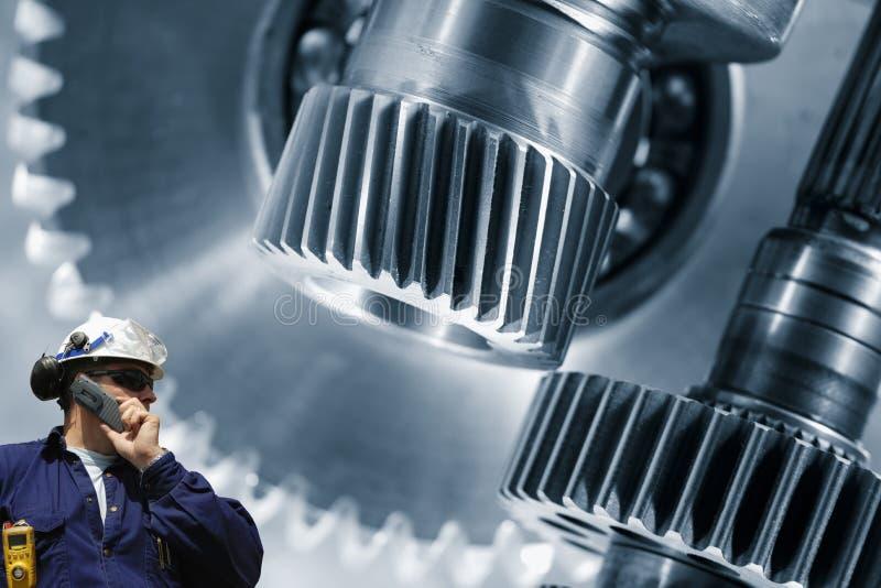 产业工作者和大齿轮machiney 库存照片