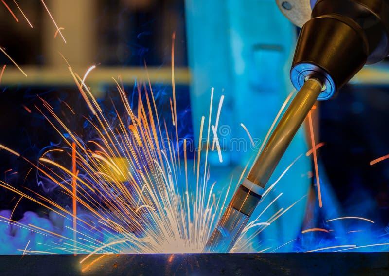 产业机器人在汽车工厂焊接汇编汽车零件 库存照片