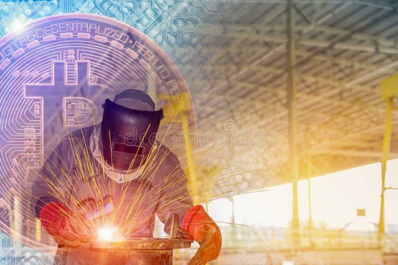 产业焊接的工作者在bitcoin背景的工厂投资企业概念的 免版税库存照片