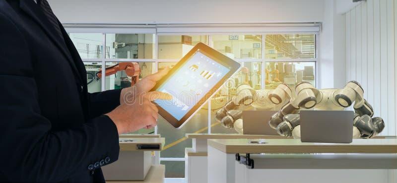 产业的4 Iot聪明的工厂 0个机器人技术概念,工程师,使用控制未来派的片剂的商人,显示器,m 免版税库存照片