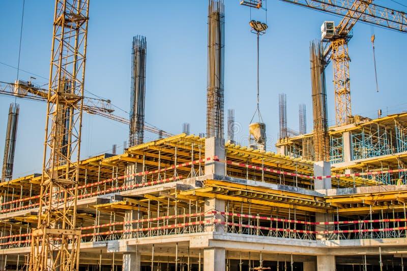 产业,一个商业中心的建筑与大技术起重机的 免版税库存照片