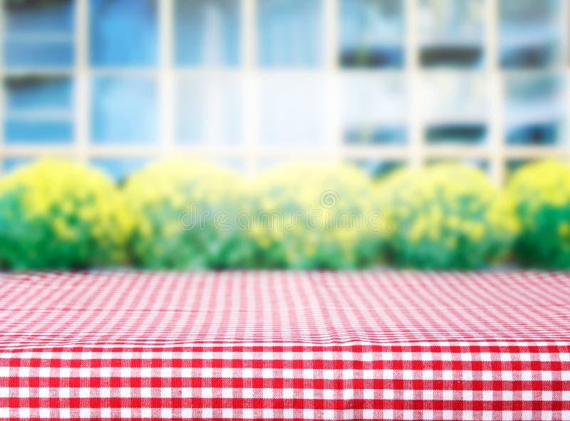 产品显示桌盖了方格的红色野餐布料 库存图片