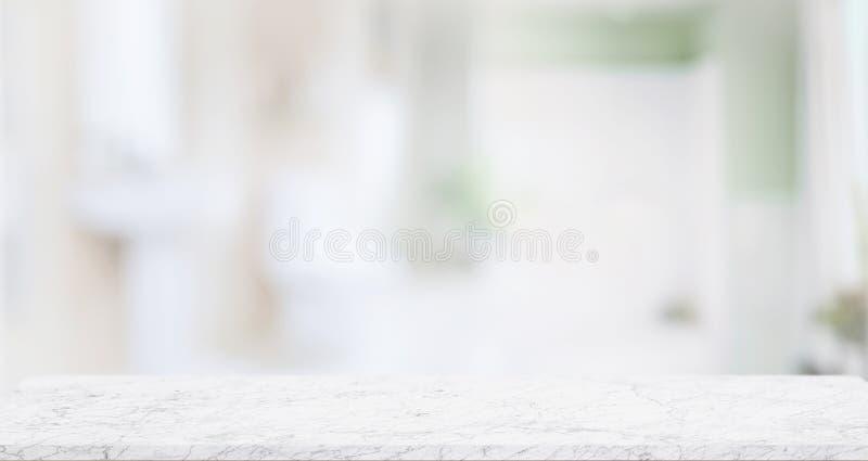 产品显示蒙太奇的空的大理石顶面桌与被弄脏的卫生间 免版税库存图片