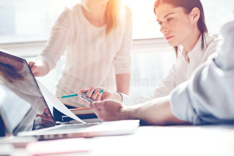 产品研究 营销队在工作 露天场所顶楼办公室 膝上型计算机和文书工作 妇女谈论 免版税库存照片