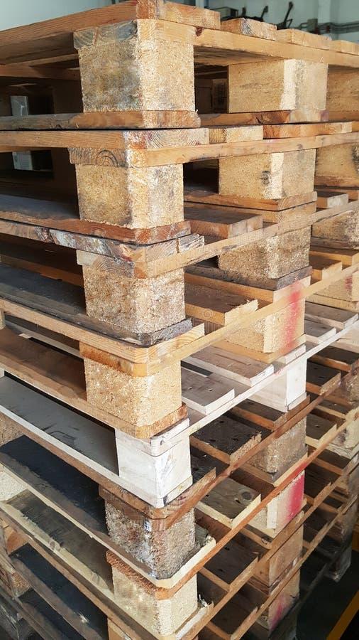 产品销售和运输的布朗木板台在仓库里 免版税库存图片