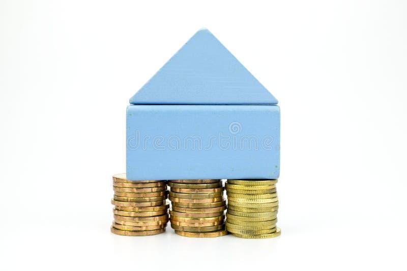 财产抽象想法与房子和硬币的 免版税库存图片