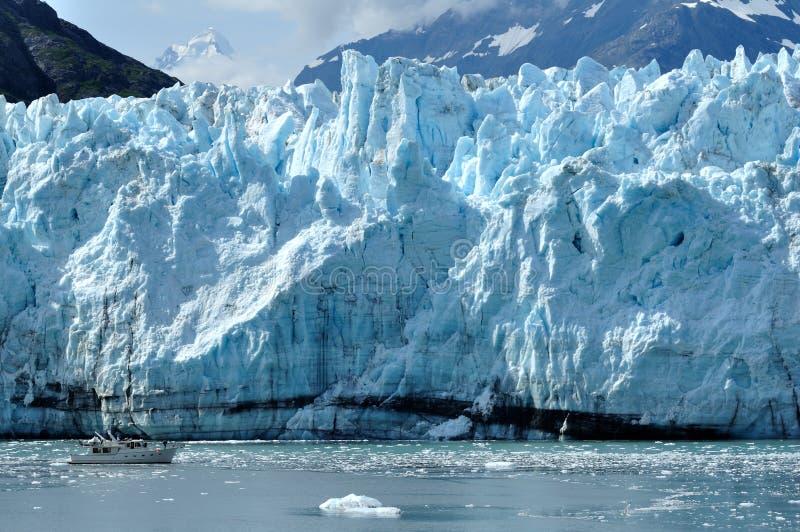 产生冰川margerie缩放比例的阿拉斯加小船 免版税库存图片