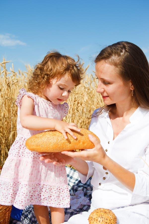 产生大面包的面包 免版税库存照片