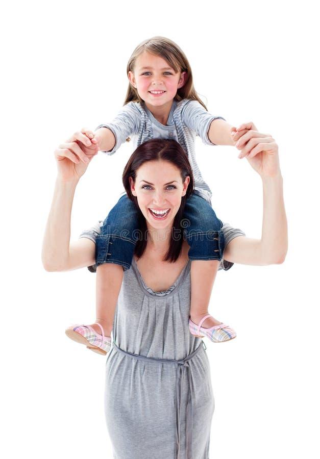 产生她的母亲肩扛的女儿俏丽的乘驾 库存照片