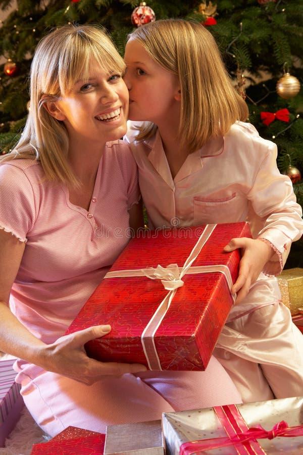 产生母亲的圣诞节女儿当前 图库摄影