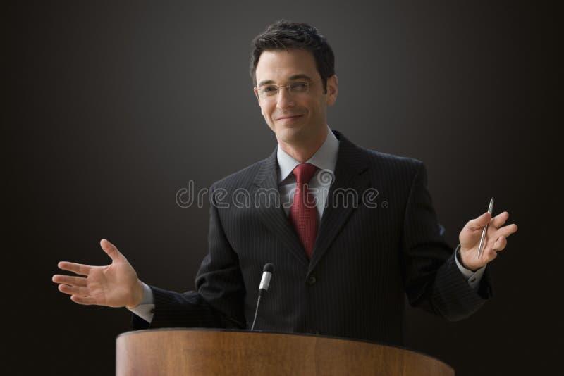 产生演讲的生意人 库存照片