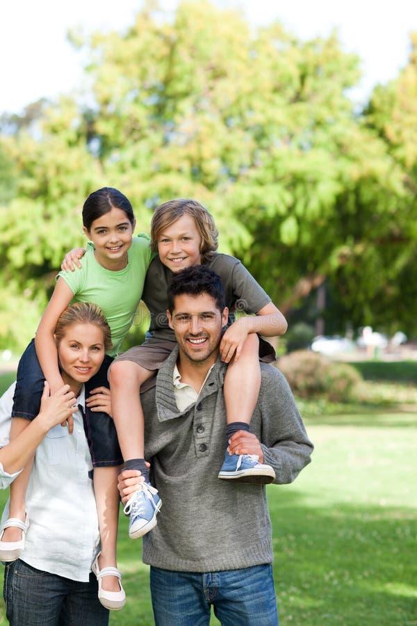 产生父项的子项扛在肩上 免版税库存图片