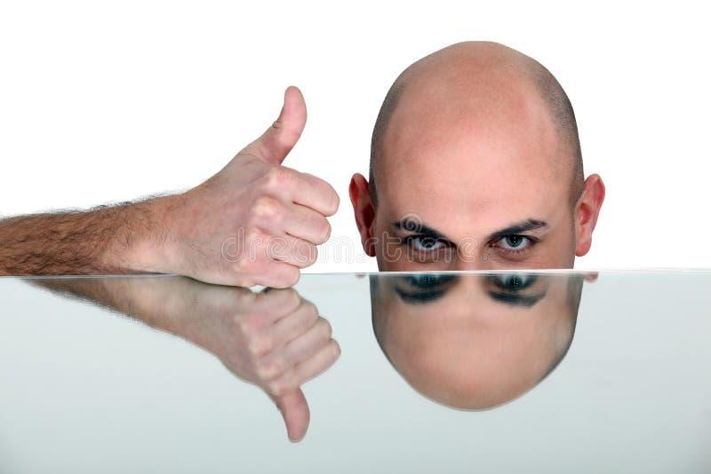 产生翘拇指的秃头人 库存图片