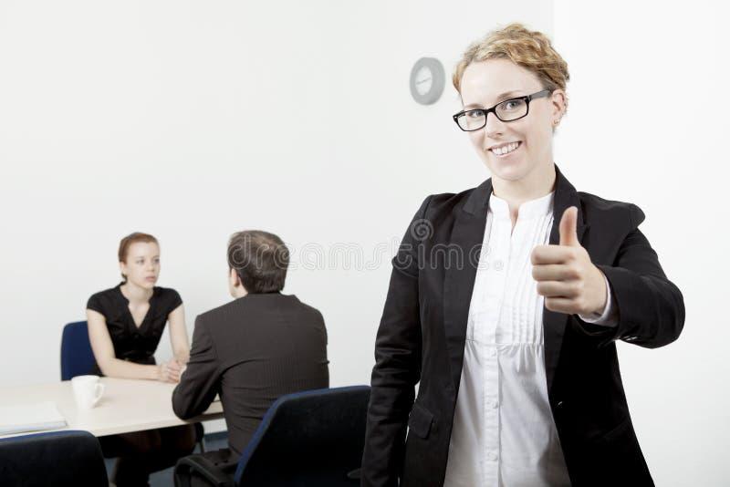 产生赞许的女商人 免版税库存照片
