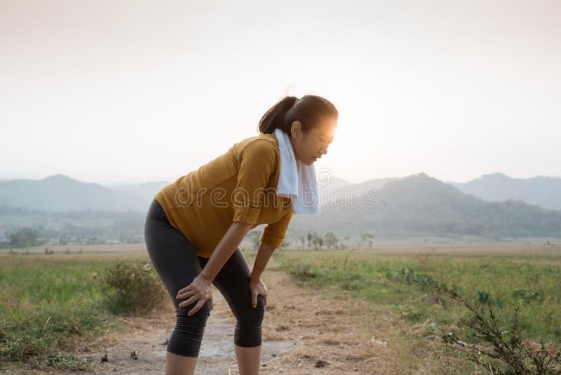 产科妇女在室外的锻炼以后休假 免版税库存照片