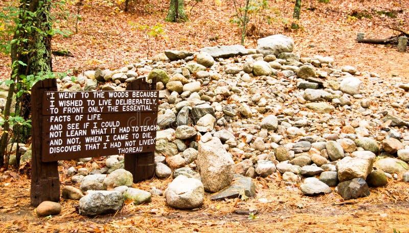 亨利・大卫Thoreau的客舱站点在Walden池塘的 免版税库存照片
