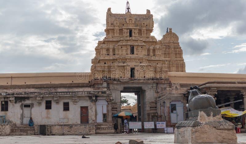 亨比,印度2019年7月8日:Virupaksha或Pampapati寺庙内在看法在亨比,卡纳塔克邦,印度的 图库摄影