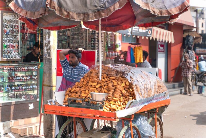 亨比/印度31 01 2019年:印度人卖面包干 免版税库存图片