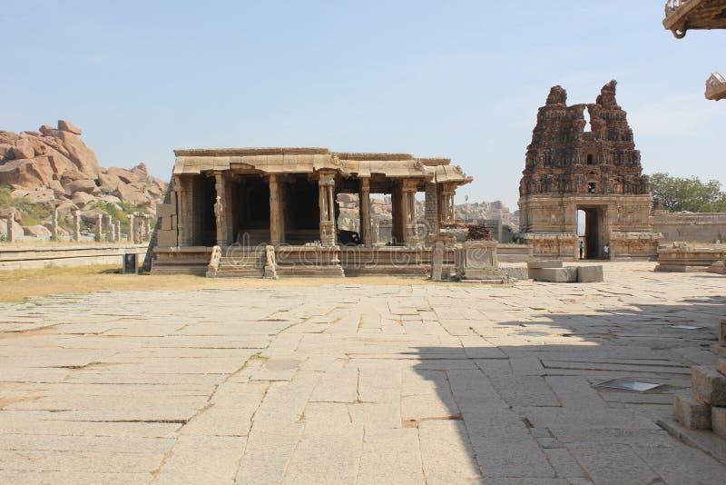 亨比Vittala寺庙破坏了前面塔并且损坏了柱子mantap 免版税库存图片