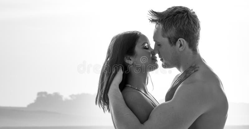 享受一个浪漫亲吻的有吸引力的年轻夫妇 图库摄影
