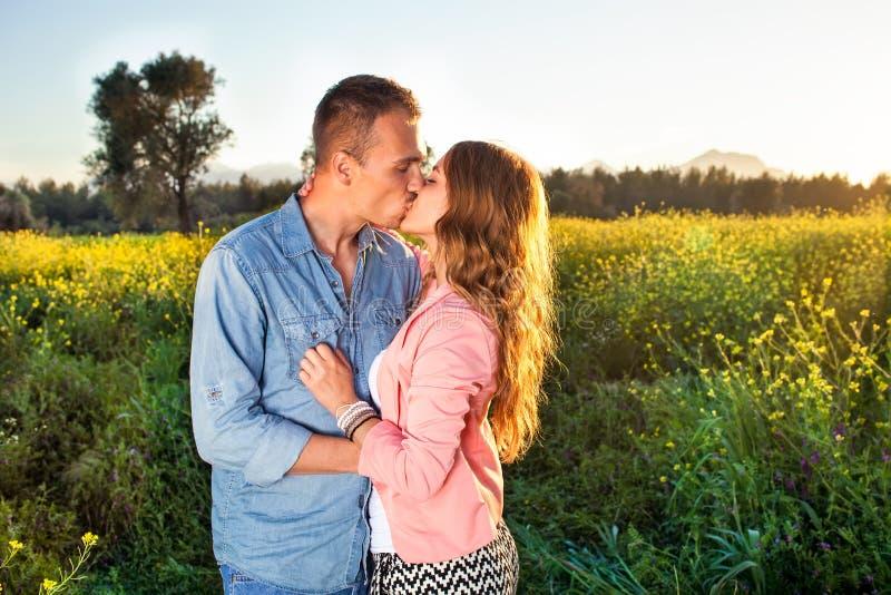 享受一个热情的亲吻的年轻夫妇 免版税库存图片