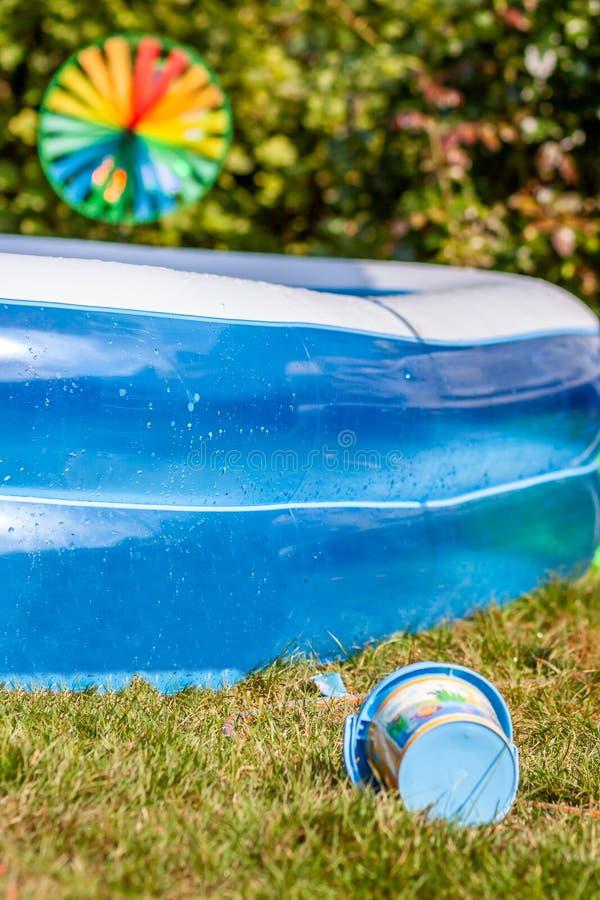 享受一个热的夏日的概念f在庭院里 免版税库存照片