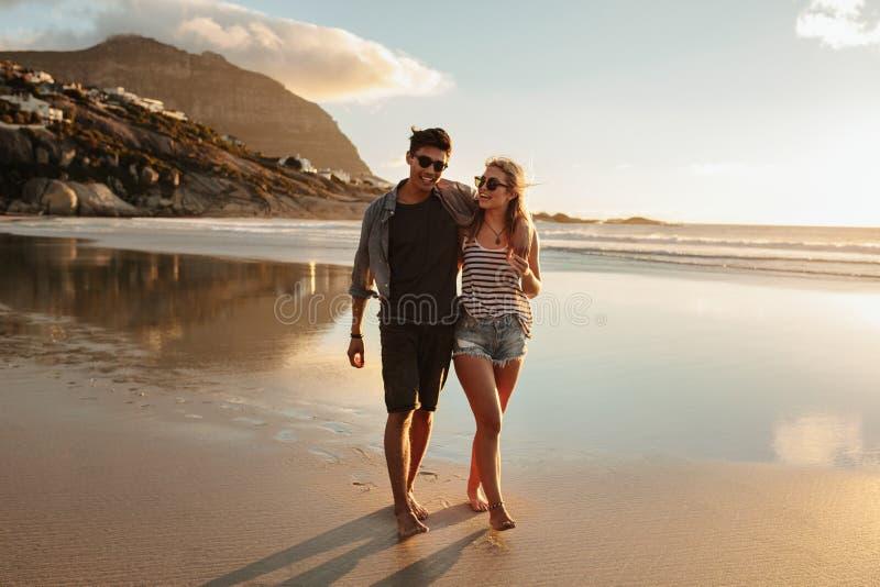 享受一天的夫妇在海滩 库存照片
