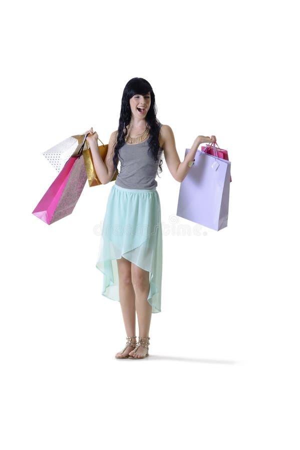 享受一点零售疗法的年轻可爱的妇女 免版税库存图片
