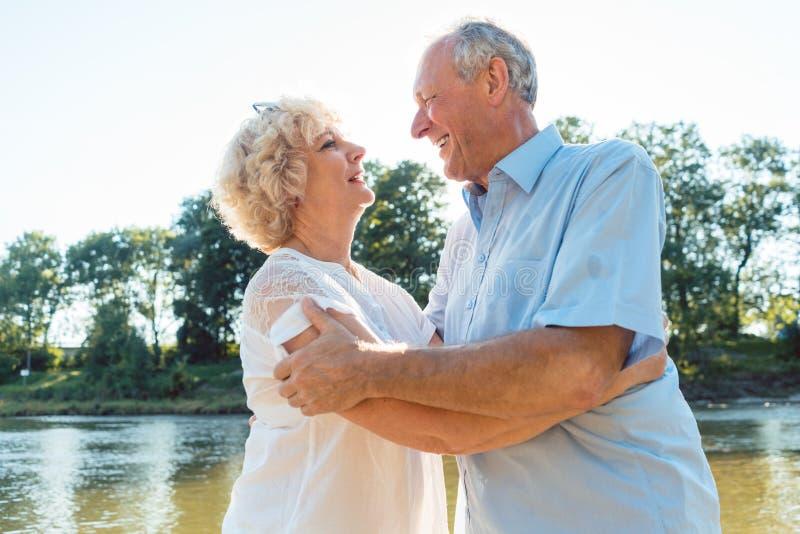 享受一种健康和活跃生活方式的浪漫资深夫妇 免版税库存图片