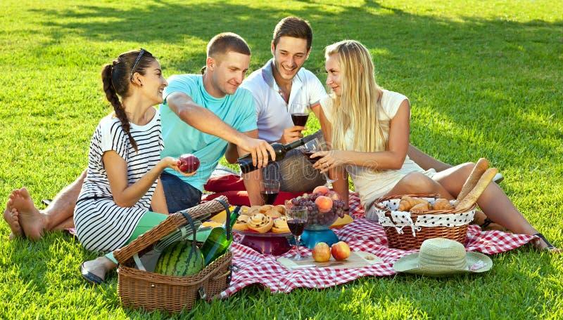 享受一顿健康野餐的朋友 免版税库存照片