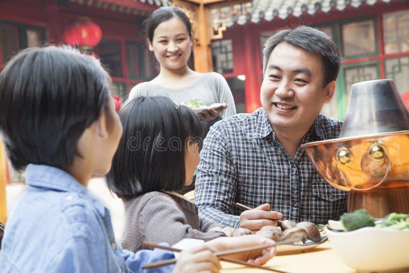 享受一顿繁体中文膳食的家庭 免版税库存照片