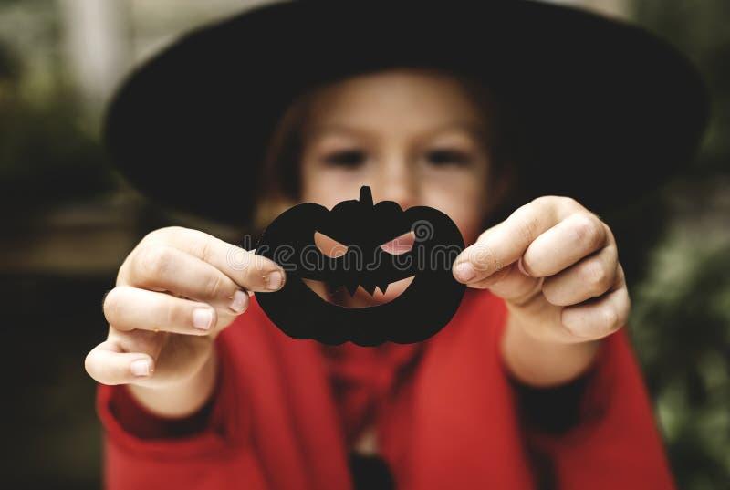 享受万圣夜节日的年轻嬉戏的女孩 免版税库存图片