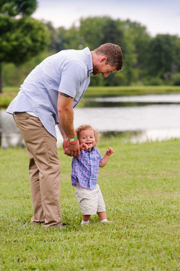 享受与儿子的年轻父亲娱乐时间户外 图库摄影