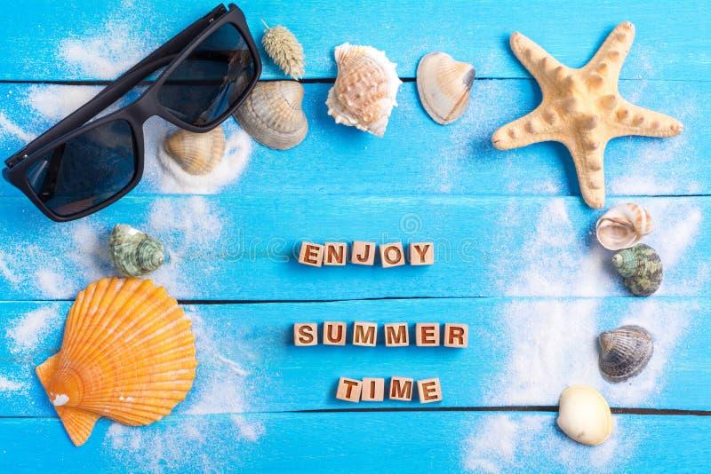 享受与夏天设置概念的夏时 免版税库存照片