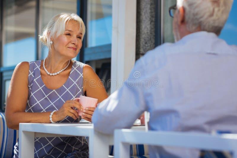 享受与她的丈夫的快乐的年迈的妇女时间 免版税库存照片