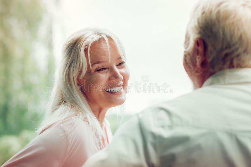 享受与她的丈夫的快乐的愉快的妇女时间 图库摄影