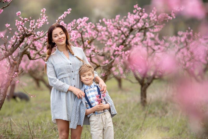 享受与她的男婴孩子的年轻母亲妇女时间 库存图片